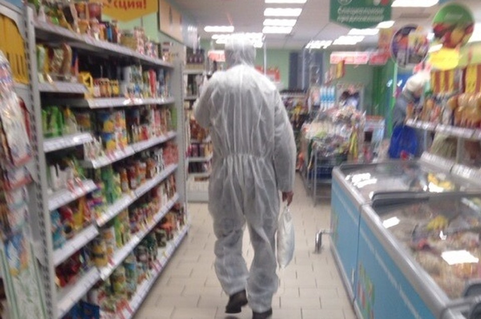 В магазинах можно сейчас встретить даже таких странных персонажей в костюмах химической защиты.