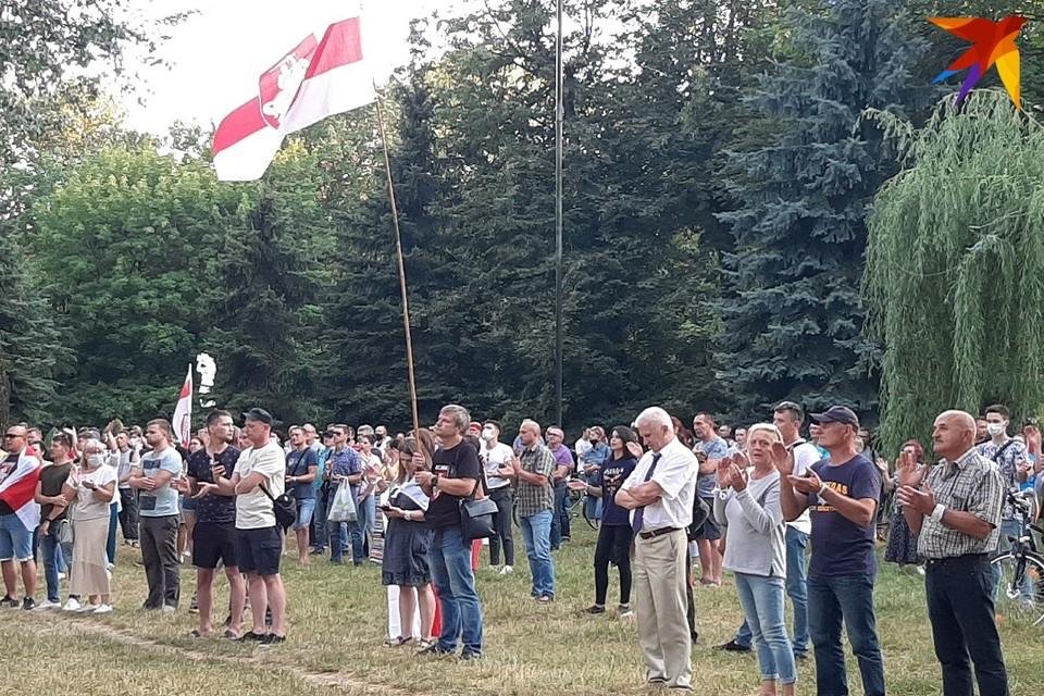 На пикете в поддержку Светланы Тихановской в Барановичах присутствовали несколько сотен людей.
