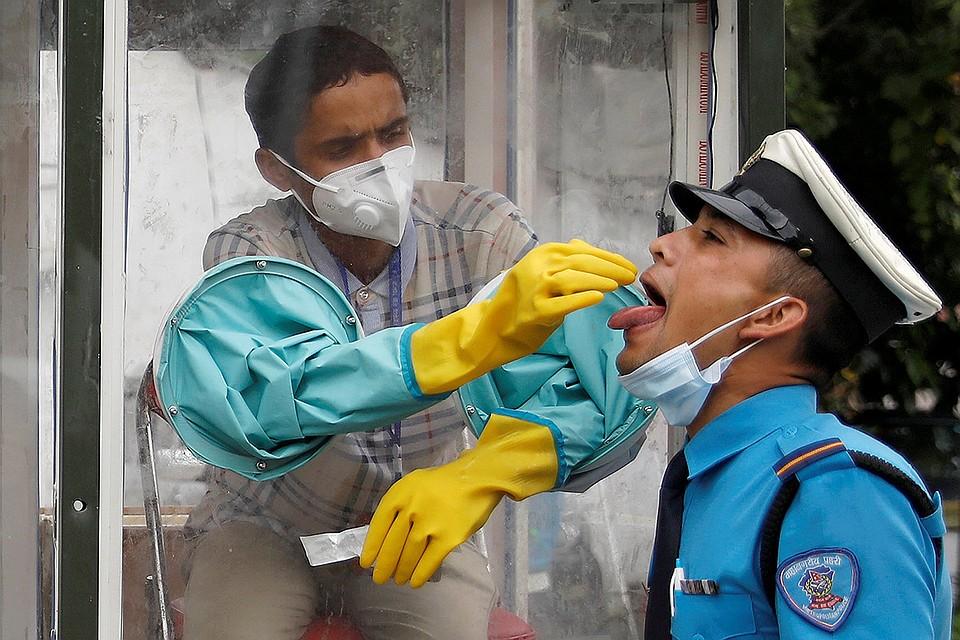 Мобильная будка для анализов на коронавирус в Катманду, Непал.