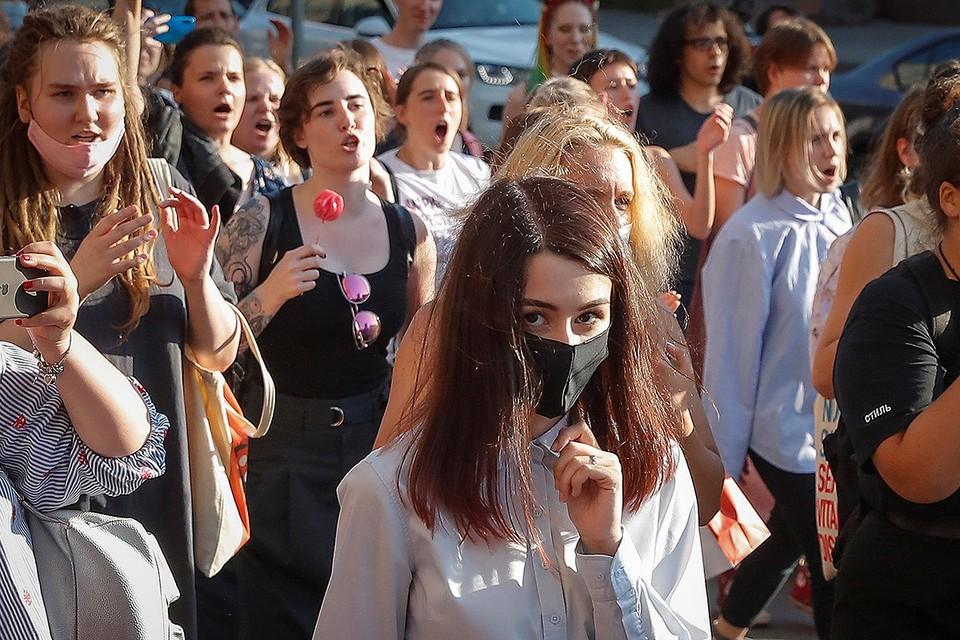 Мария Хачатурян (в центре) после судебного заседания 28 июля 2020 г.