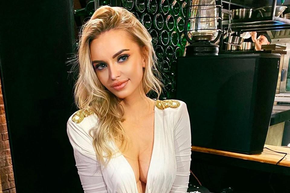 Милана Тюльпанова уже однажды делала маммопластику, и вот опять корректирует форму груди.