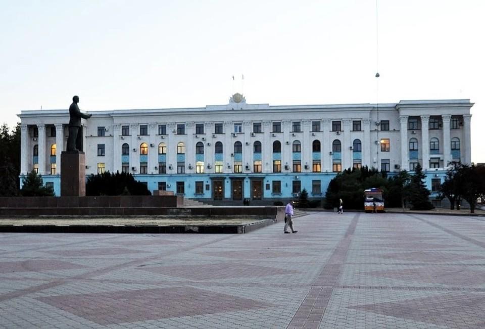 Многие сотрудники Кабинета министров РК зарабатывают меньше своих жен и мужей. Фото: Архив КП