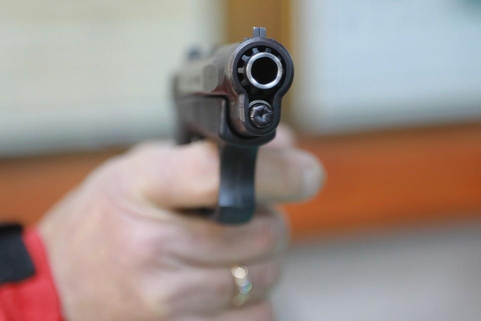 В Красноярском крае обиженный мужчина расстрелял в упор дверь соседей.