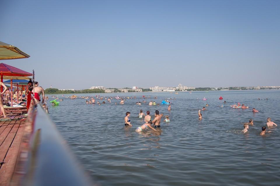 Во время аномальной погоды пляжи Челябинска становятся местом спасения от жары