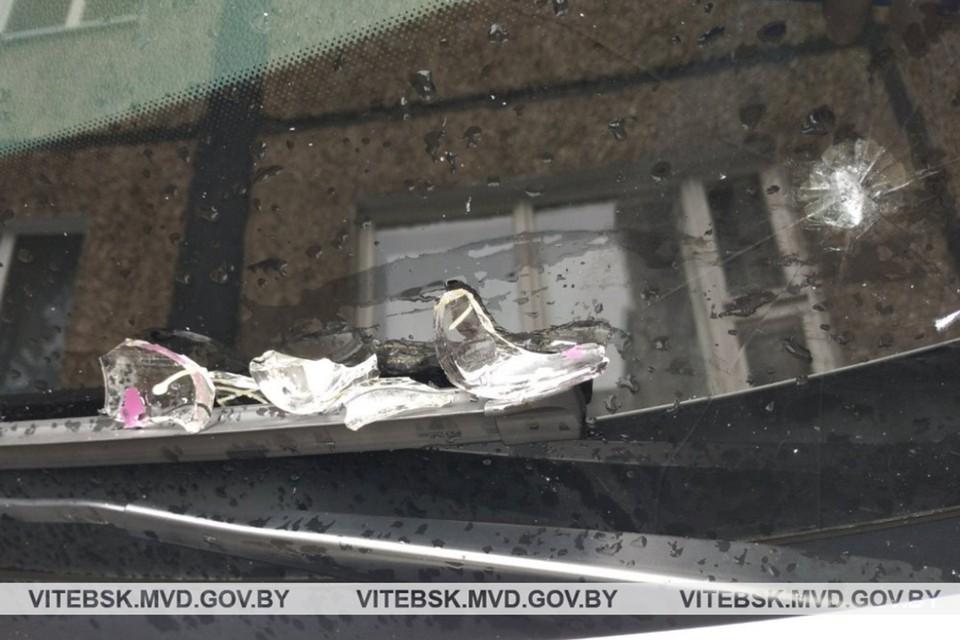 Женщина припарковала авто в неположенном месте, и на лобовое стекло из окна прилетела рюмка. Фото: УВД Витебского облисполкома.