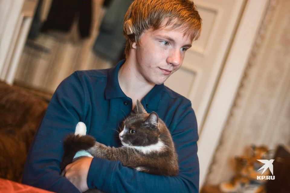Алексею 16 лет.