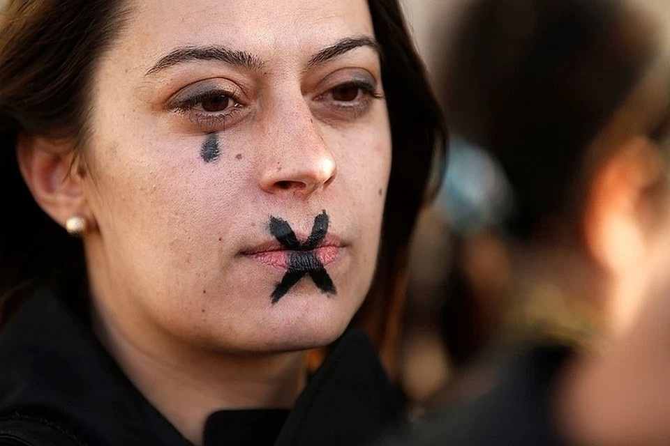 Волна обвинений в харассменте набирает обороты по всему миру.