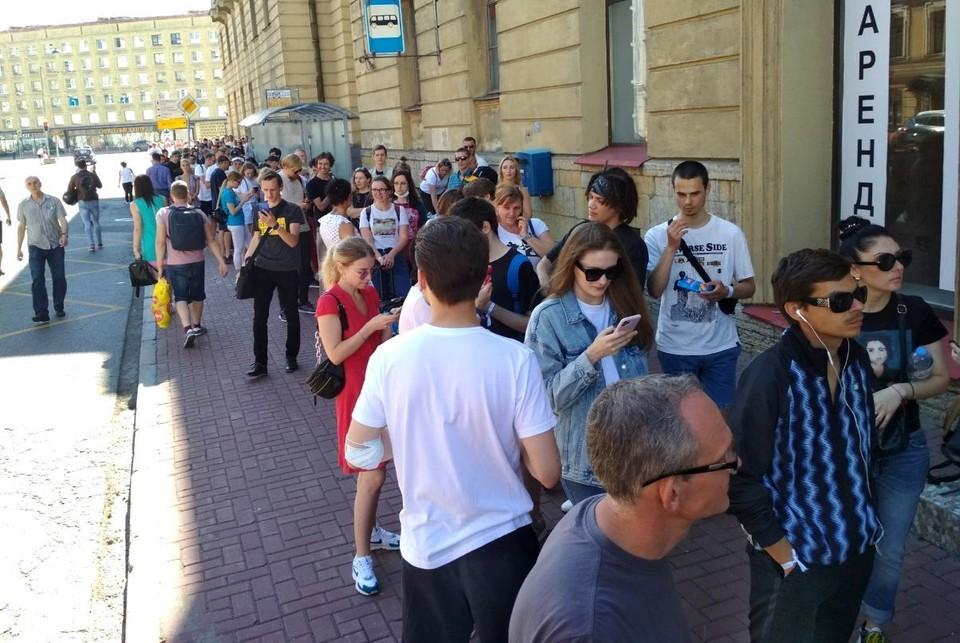 Люди стоят, чтобы проголосовать на выборах Фото: предоставлено Геннадием