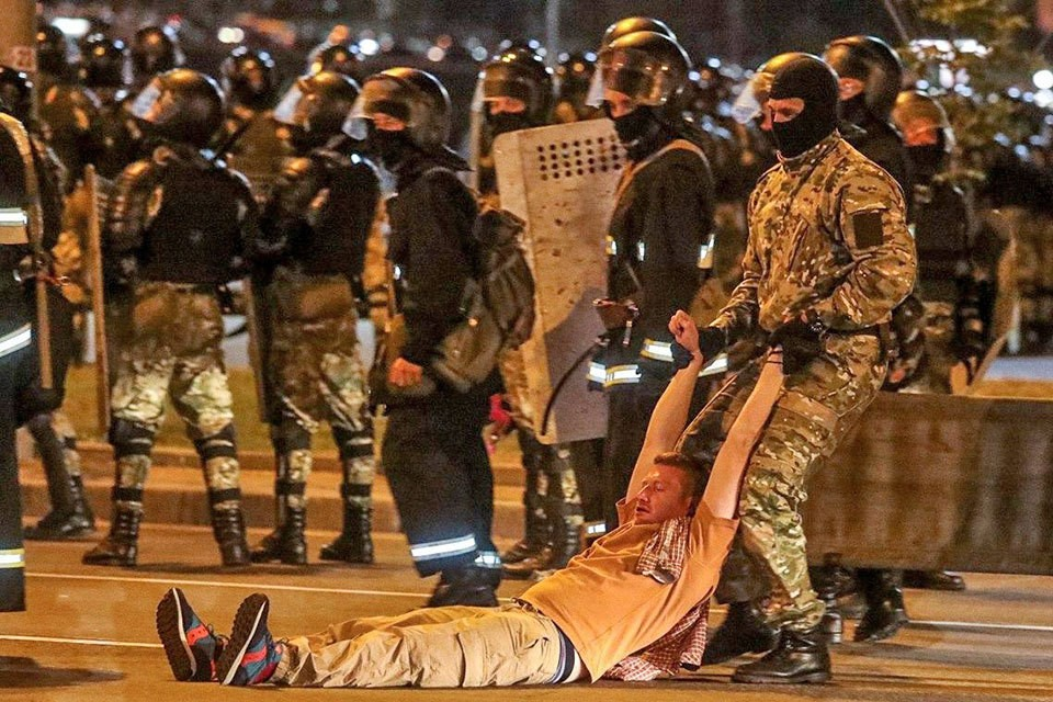 На фото - избиты военкор Семен Пегов.