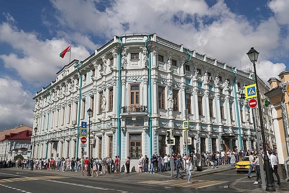Очередь у отделения посольства Беларуси в Москве