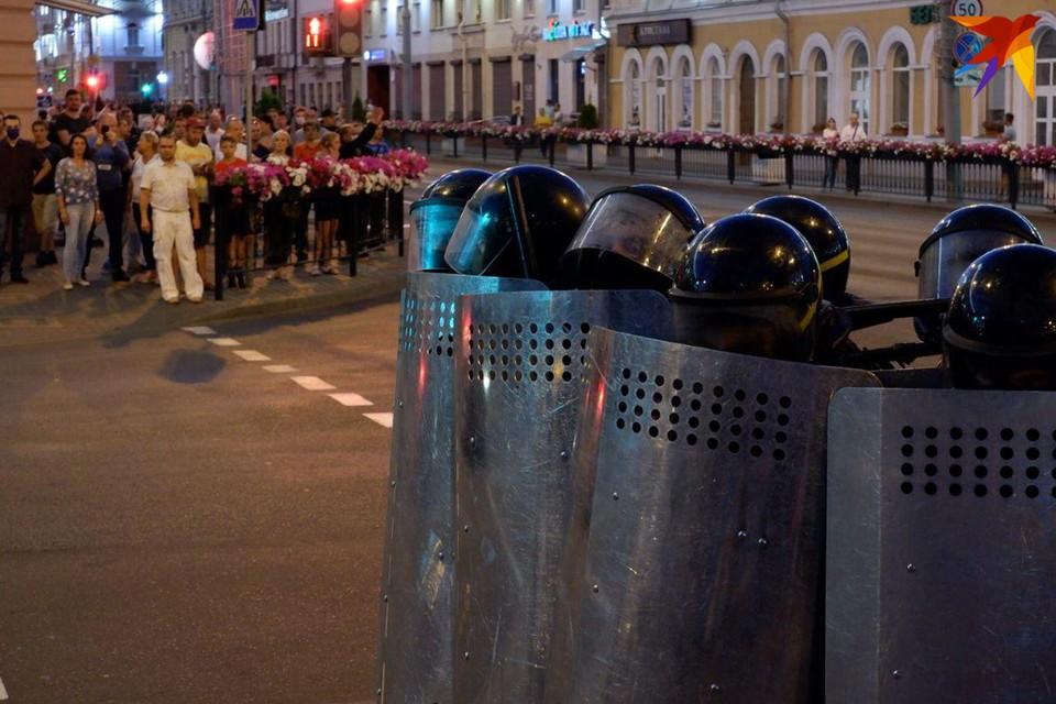 Несколько сотен человек и десятки силовиков около часа стояли друг напротив друга.