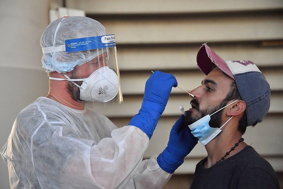 Тестирование на коронавирус в лаборатории Роспотребнадзора, которая прибыла в Ливан вместе со спасателями МЧС.