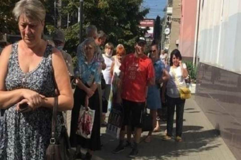 Огромные очереди в водоканал возмутили ростовчан. Фото: соцсети