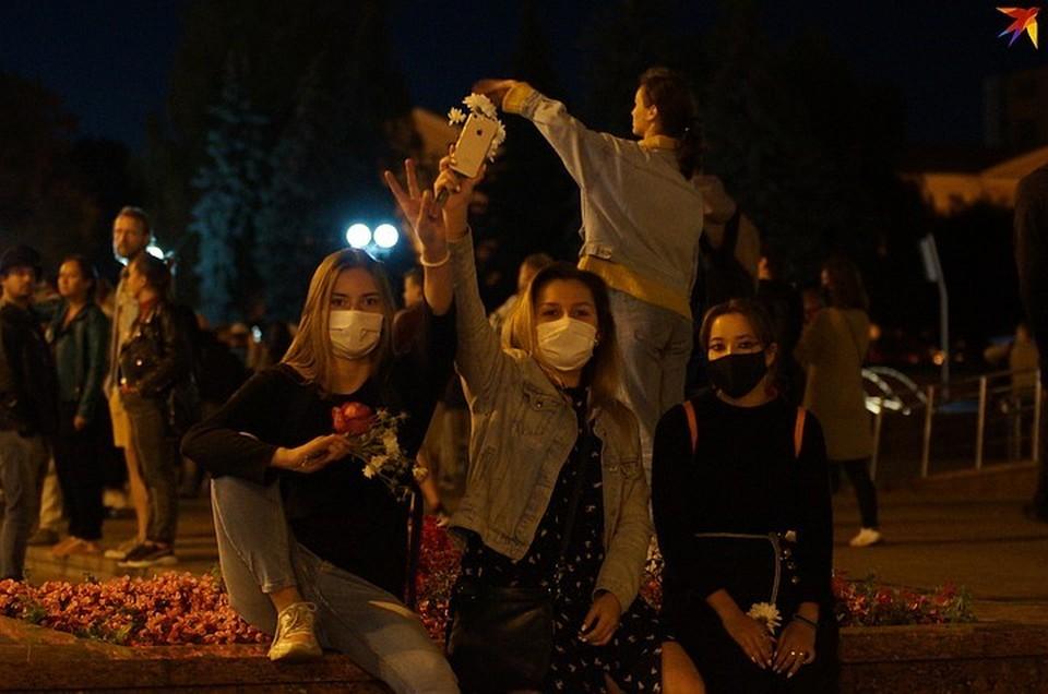 На акции протеста выходит всё больше девушек.