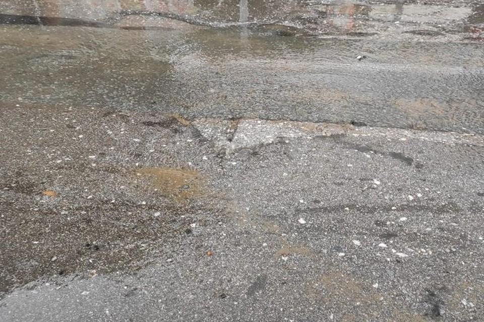"""В Железнодорожном районе Новосибирска из-под асфальта начал течь ручей. Фото: """"АСТ-54"""""""