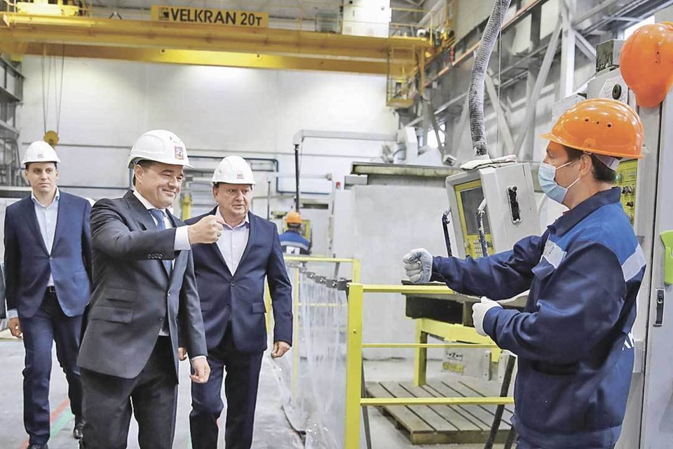 Губернатор поздравил рабочих с открытием новой производственной площадки. Фото: Константин СЕМЕНЕЦ.