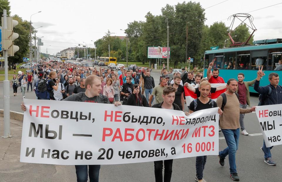 Премьер-министр Белоруссии приехал к протестующим работникам Минского тракторного завода