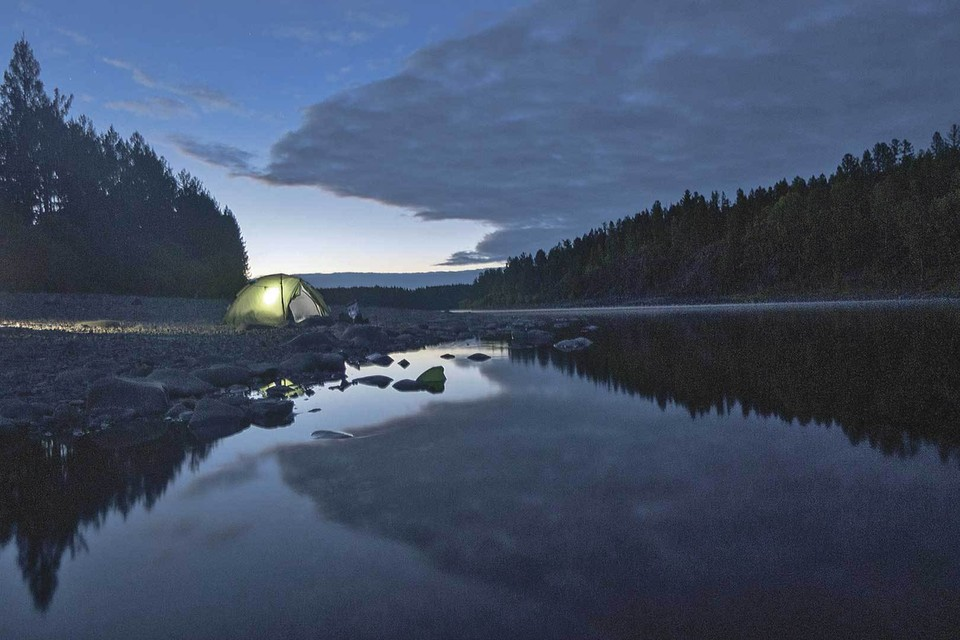 Тихий вечер на реке Витим, притоке Лены. Подводим итоги дня, уточняем планы на завтра. Звучат любимые походные песни, пахнет ухой.