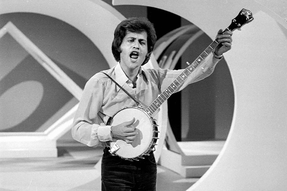 С эстрадной карьерой у него заладилось не сразу - только в 1968 году его песня впервые добралась до вершины французского хит-парада, а диски начали разлетаться с прилавков