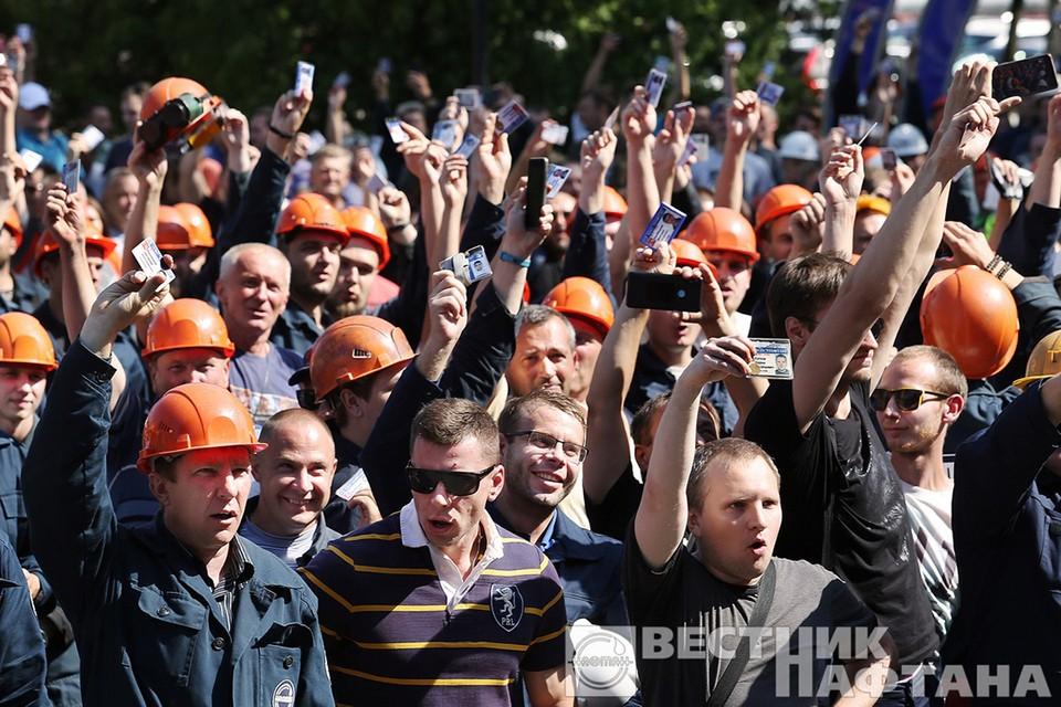 """Работники """"Нафтана"""" выдвинули список требований, если их не исполнят через 10 дней, они устроят забастовку. Фото: """"Вестник Нафтана""""."""