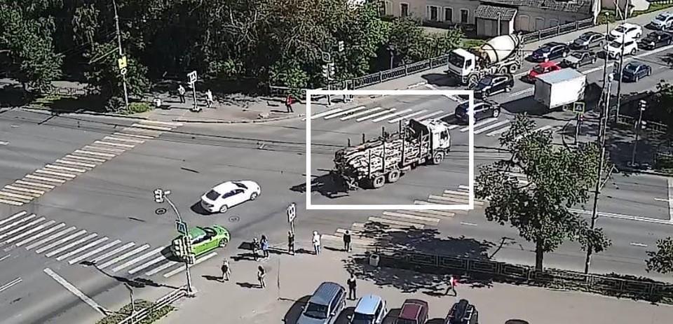 Автомобиль довольно заметен: на улицах Вологды такой раритет - редкость. Стоп-кадр видео baza.net