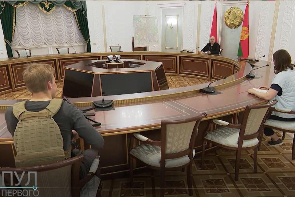 """Совещание Лукашенко: у президента автомат, у Николая – автомат и бронежилет. Пресс-секретарю оружие не доверили. Фото: Telegram-канал """"Пул Первого""""."""