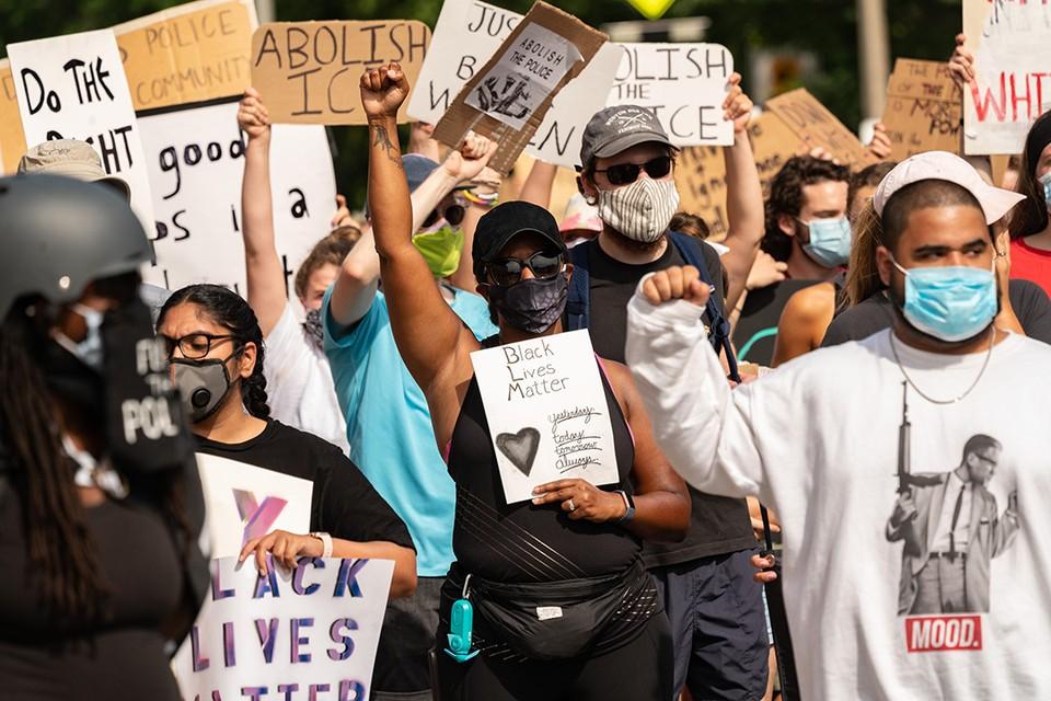 Доминик Сэндбрук считает, что протестное движение в США превратилось в маниакальный нигилистический культ, который сейчас, как никогда, близок к фашизму.