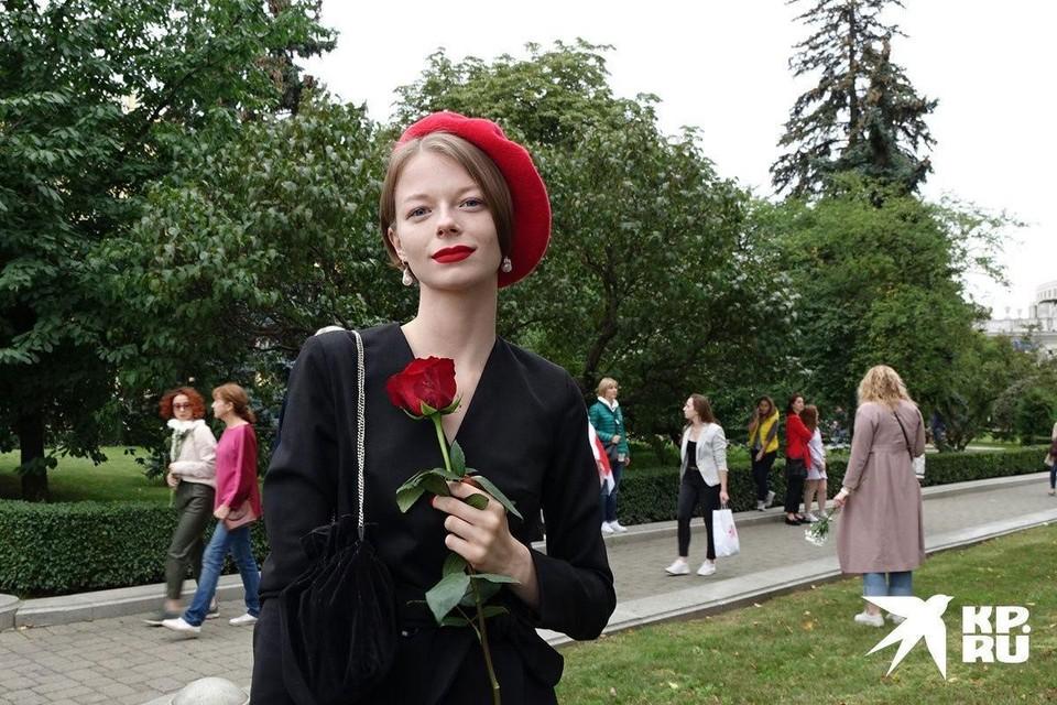 Девушки пришли на акцию с цветами.