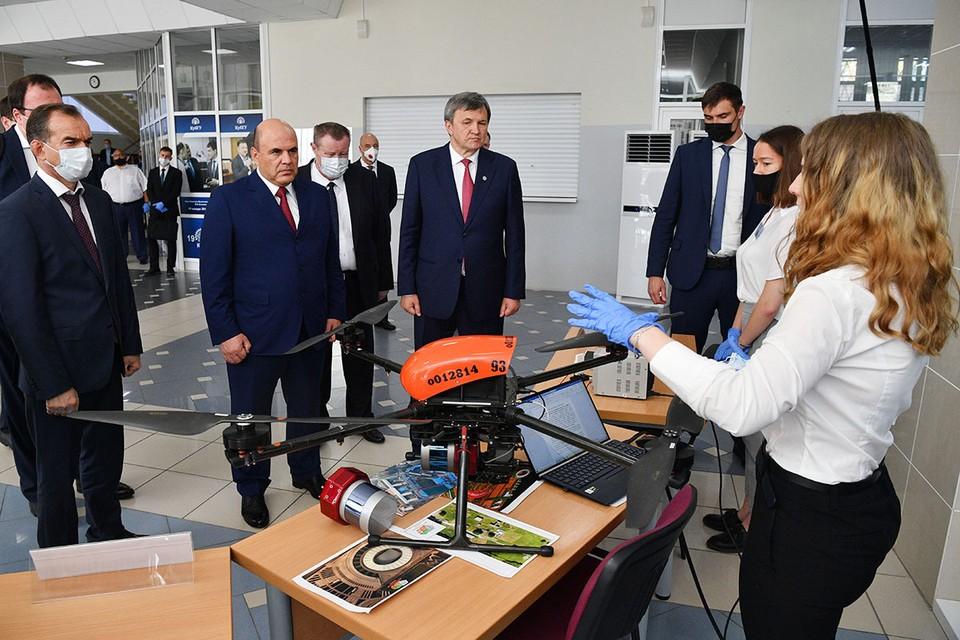Во время поездки на Кубань премьер пообщался со студентами и измерил температуру полпреду президента Устинову. Фото: Евгений Биятов/POOL/ТАСС