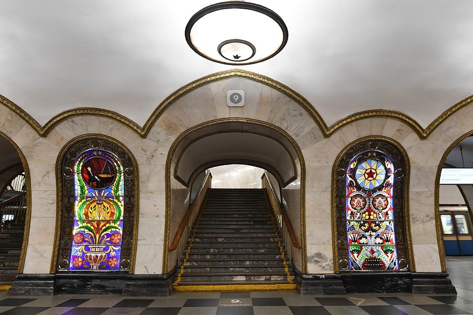 Новослободская pнаменита на весь мир своими великолепными стеклянными витражами