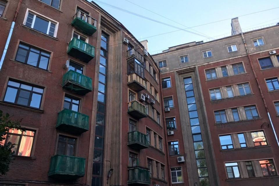 Жильцы дома на Петроградке обратились к депутатам с проблемой остекления лоджий и балконов.