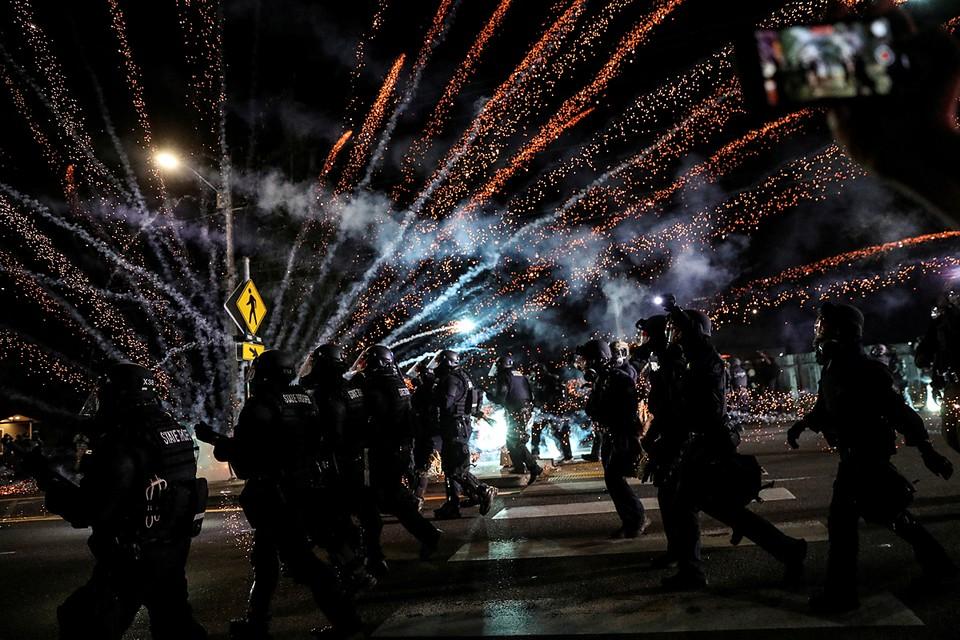 Власти города говорят об ущербе как минимум на 100 тысяч долларов, который нанесли протестующие, разбивая витрины и обливая краской здания