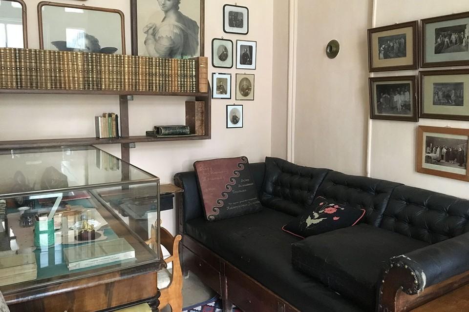 Пожалуй, самый интересный экспонат, на который непременно стоит обратить внимание - это драный и кожаный диван.