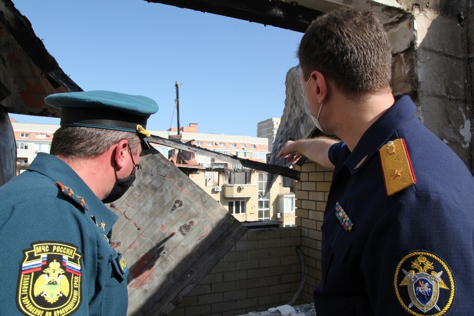 Следователи работают на месте пожара Фото: СУ СКР по Краснодарскому краю