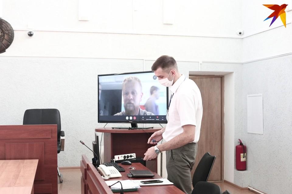 Васюкович показал сотрудникам милиции удостоверение журналиста, но все равно его задержали и доставили во Фрунзенское РУВД.