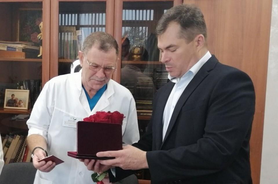 Виктор Бражкин получил звание «Заслуженный врач Российской Федерации».
