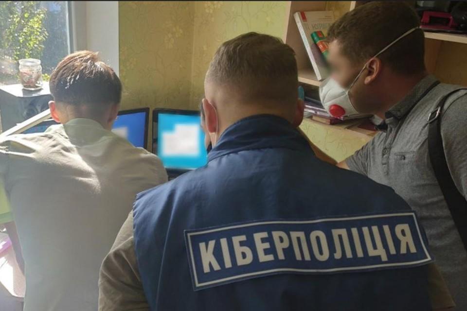 По месту жительства юного программиста полицейские провели обыск. Фото: НПУ