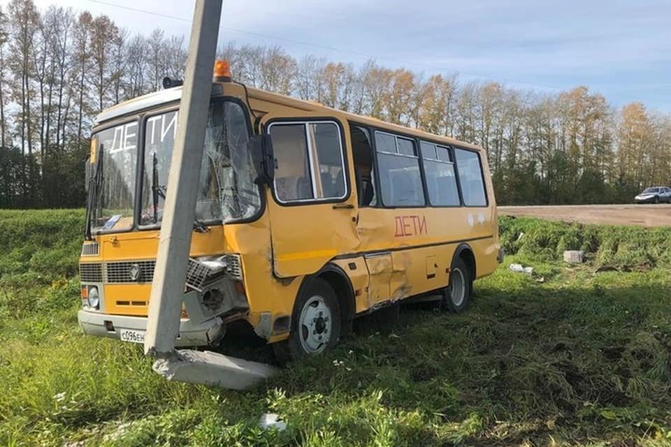 Автобус врезался в бетонный столб, от чего тот надломился и накренился