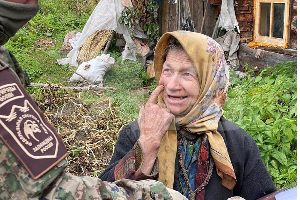 Навестить отшельницу приехал ее старый знакомый Виктор Непомнящий. Фото: Виктор НЕПОМНЯЩИЙ