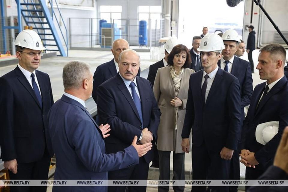 Лукашенко рассказал директору МАПИДа, что раньше на подобном предприятии три года проработал в должности замдиректора. Фото: БелТА