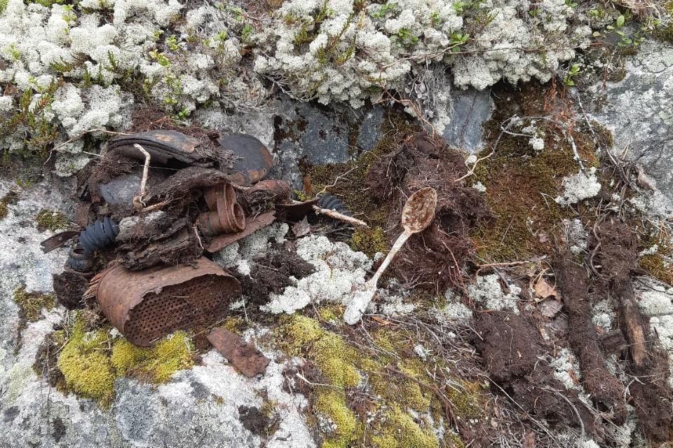 Неизвестные выкопали останки бойца и его личные вещи и бросили их в лесу. Фото: Александр Цветков