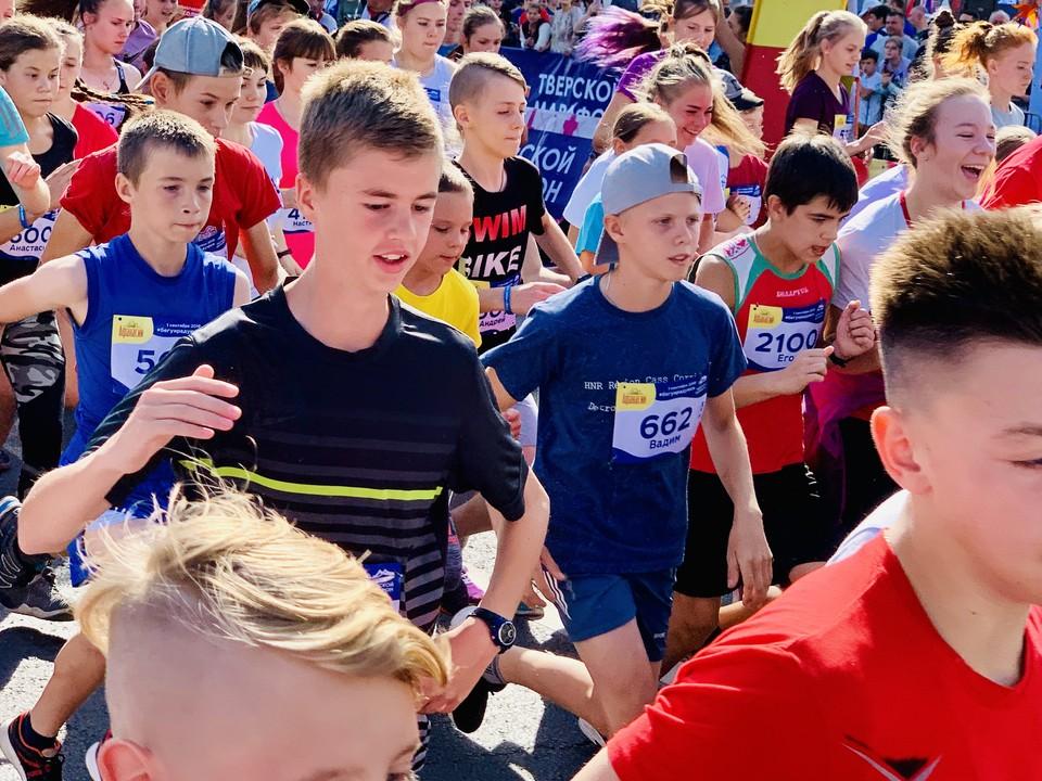 В забегах принимают участие как молодые спортсмены, так и люди пожилого возраста.