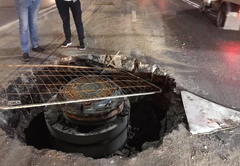 «Колеса и подвеска всмятку»: Несколько автомобилей стали жертвами гигантского люка на проспекте Гагарина