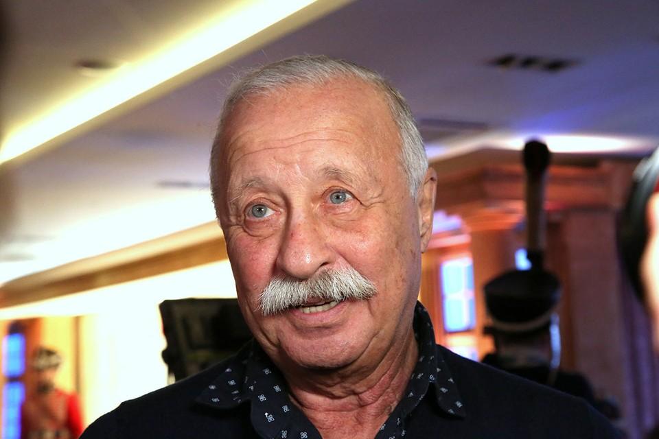 У народного артиста, ведущего «Поля чудес» Леонида Якубовича базовая пенсия 23 тысячи, плюс надбавка и получается приличная выплата.