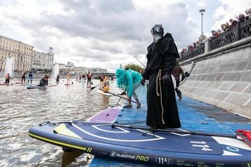 Олег Газманов и чумной доктор встали на сапборды в центре Москвы