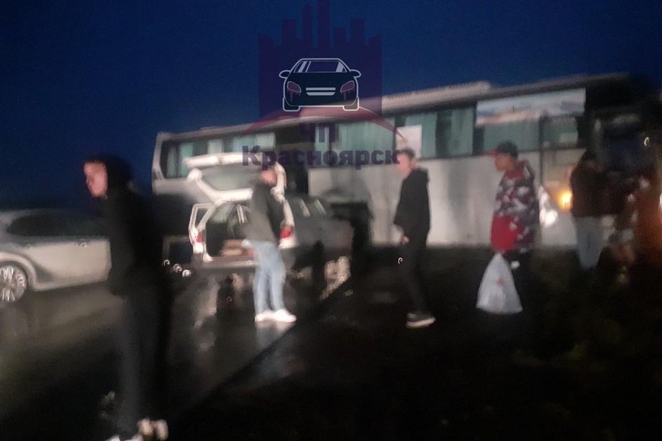 В пассажирский автобус врезались две иномарки. Фото: ЧП-Красноярск