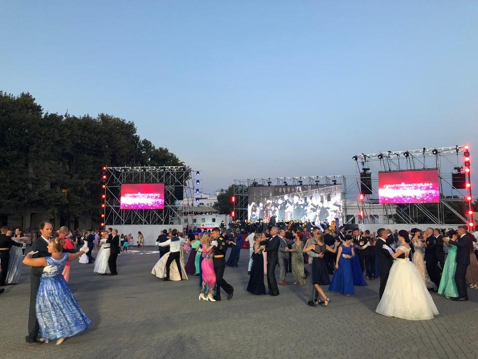 Севастопольцы ждут каждый городской бал с нетерпением. Это не только классическая музыка и танцы - это настоящий праздник