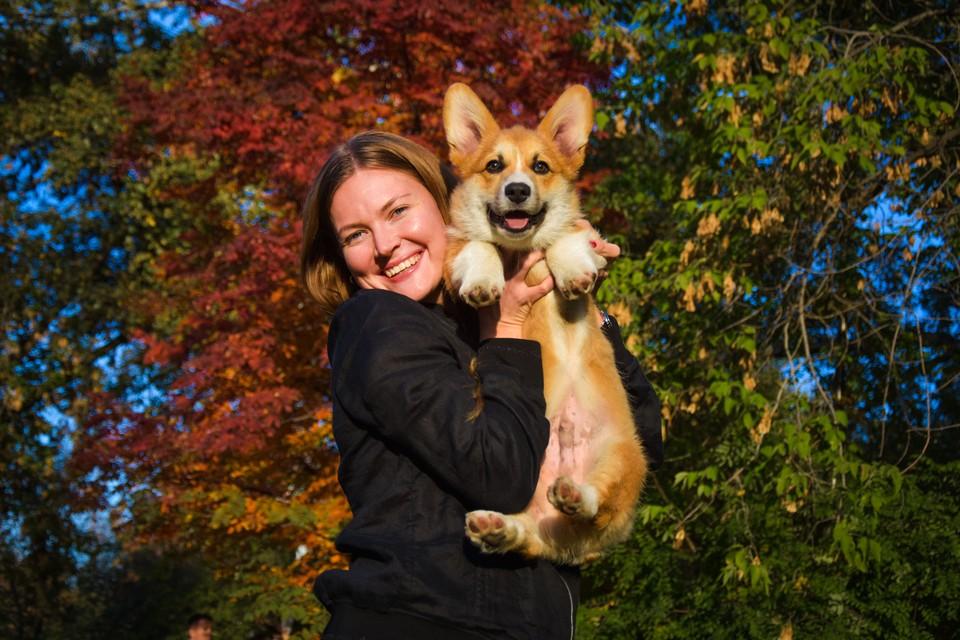 Мария и ее золотой пес Ричи наслаждаются теплой осенью.