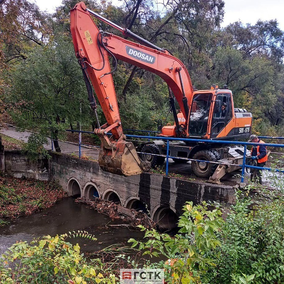 Сотрудники ГСТК борются с загрязнениями в реке Бурхановка Фото: instagram.com/mkpgstk/