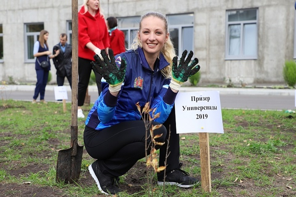Один из кустов сирени посадила бронзовый призер Зимней универсиады-2019 Анна Самойлик, которая сейчас тренируется в составе сборной России. Фото минспорта Красноярского края.